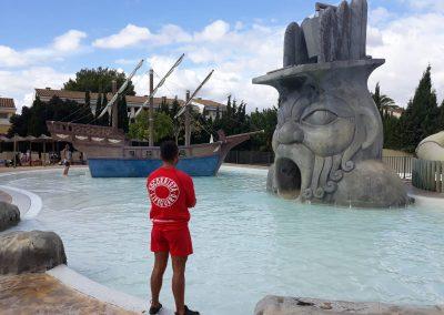 socorrista-vigilando-piscina